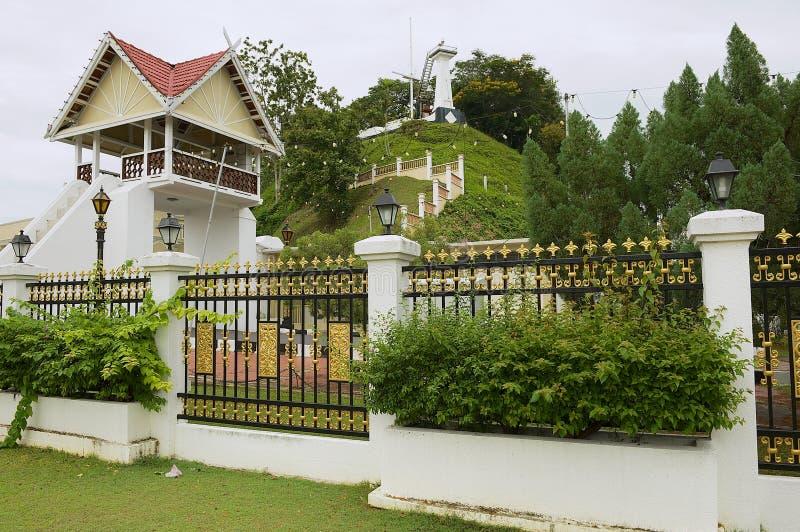 Sikt till byggnaderna av slotten Istana Maziah för sultan` s i Kuala Terengganu, Malaysia arkivfoton
