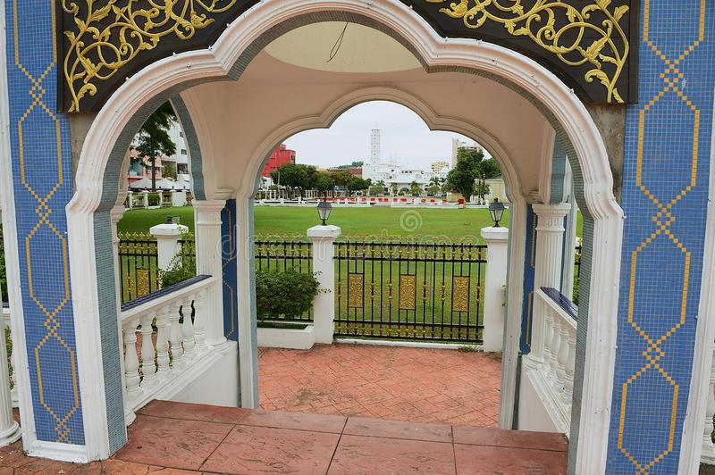 Sikt till byggnaderna av slotten Istana Maziah för sultan` s i Kuala Terengganu, Malaysia arkivbild