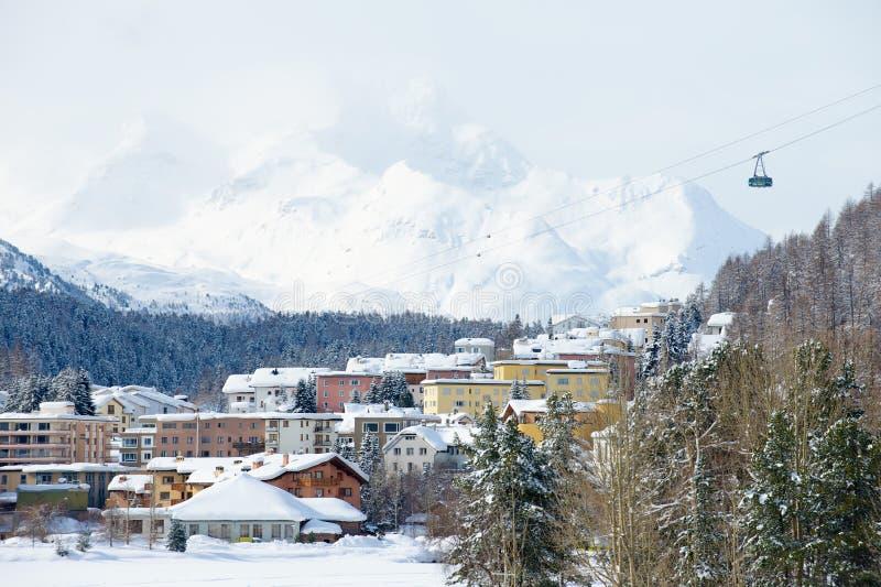 Sikt till byggnaderna och gondolen för kabelbil i St Moritz, Schweiz fotografering för bildbyråer