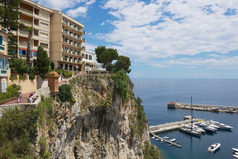 Sikt till byggnaderna på klippan i den historiska delen av Monaco, Monaco fotografering för bildbyråer