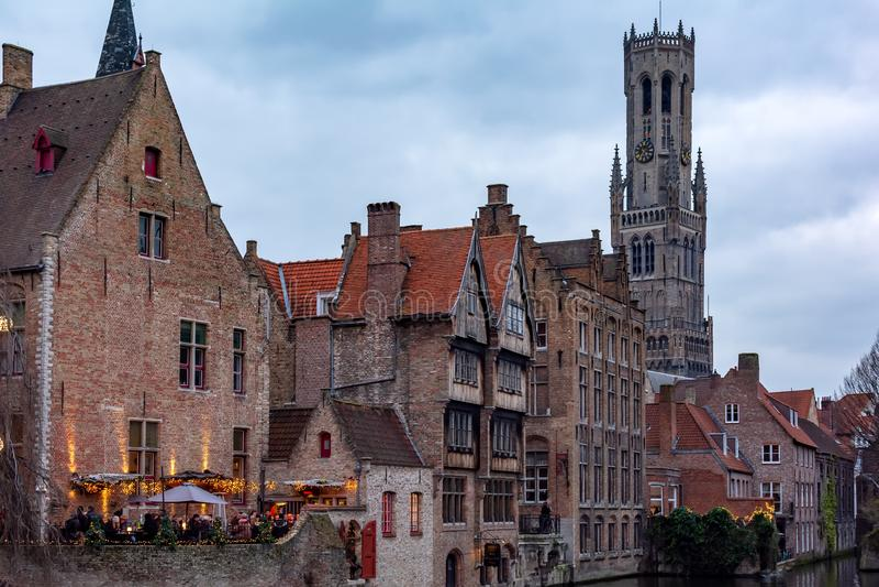 Sikt till de klassiska medeltida byggnaderna och klockstapeln av Bruges fr?n Rozenhoedkaaien royaltyfria bilder
