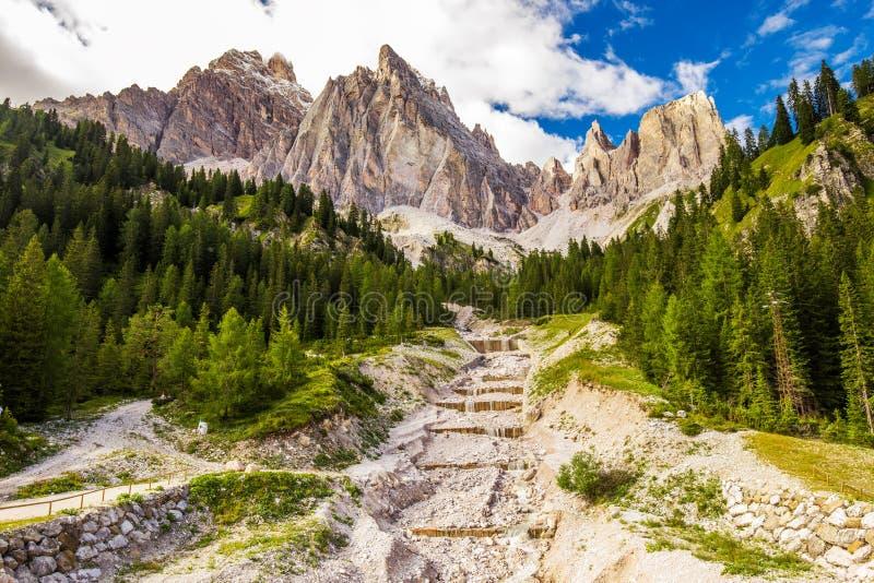 Sikt till den alpina bäcken, Dolomitesberg, Italien, Europa arkivfoton