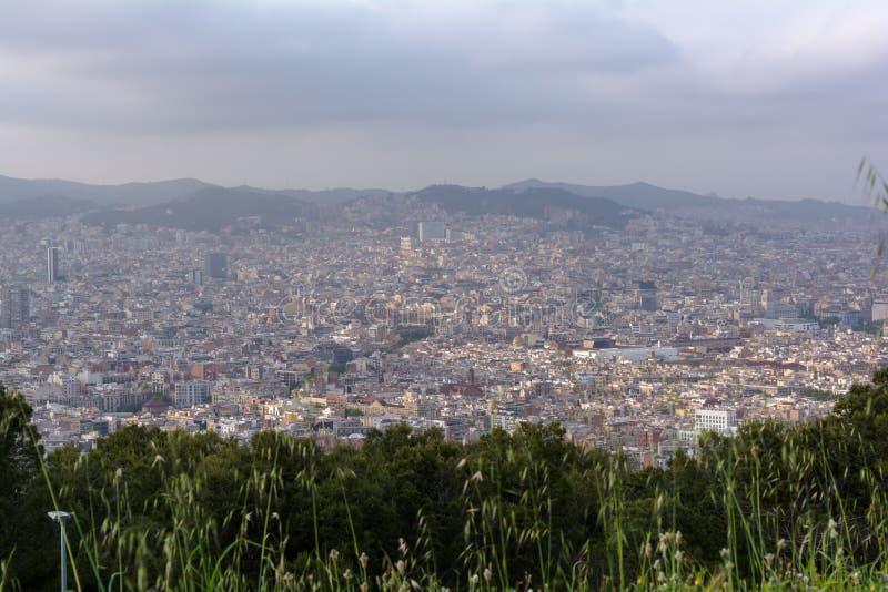 Sikt till den Barcelona staden uppifrån av den Montjuic kullen royaltyfri fotografi