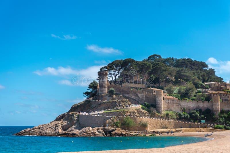 Sikt till den forntida slotten och stranden i Tossa de Mar, Girona, Costa Brava, Spanien arkivfoto
