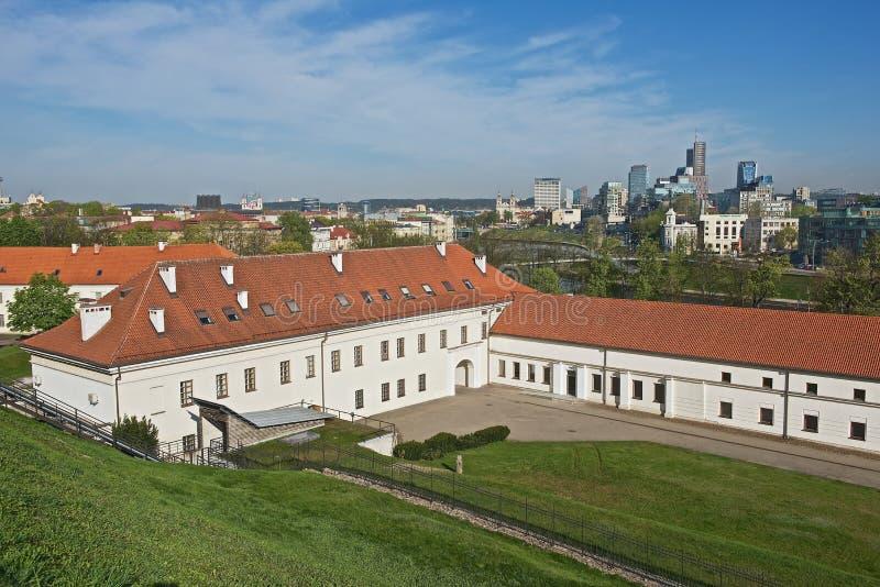 Sikt till den gamla arsenalen och de moderna byggnaderna för ny stad från den Gediminas kullen i Vilnius, Litauen royaltyfria foton