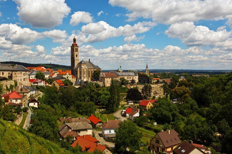 Sikt till den gamla staden med ett klockatorn i Kutna Hora, Tjeckien arkivfoton