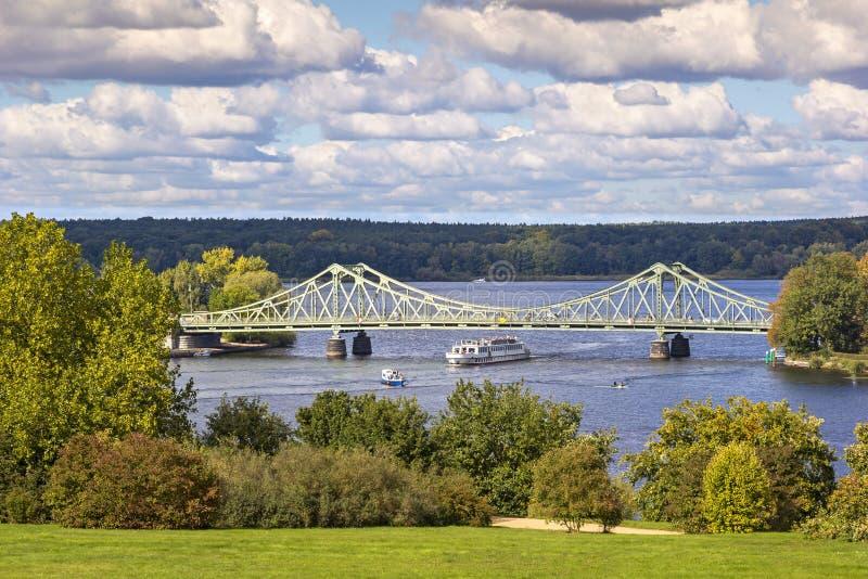 Sikt till den Glienicke bron, Potsdam, Tyskland arkivbilder