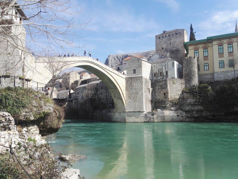 Sikt till den härliga gamla bron i Mostar, Bosnien och Hercegovina fotografering för bildbyråer