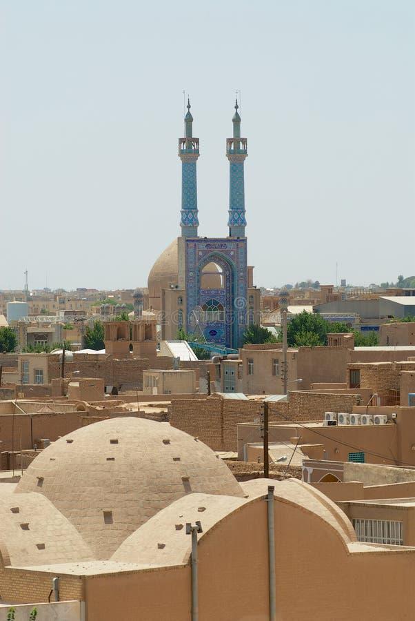 Sikt till den historiska delen av staden med minaren och kupolen av den Jameh moskén i Yazd, Iran arkivbilder