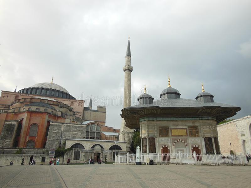 Sikt till den historiska springbrunnen av Ahmed III och den Hagia Sophia moskén och museet i bakgrund, Istanbul royaltyfria bilder