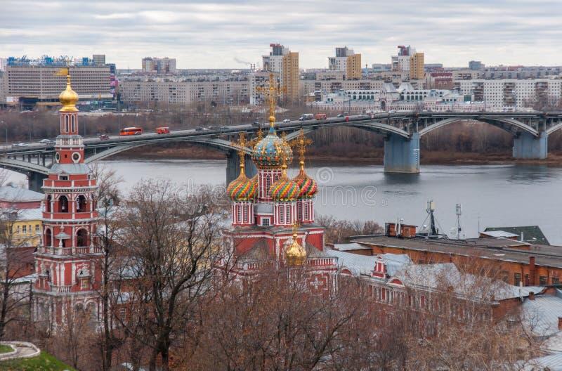 Sikt till den Kanavinsky bron, helhet av kyrkan av spottad Kristi födelse av den jungfruliga Maryen och, flod Oka, Nizhny Novgoro fotografering för bildbyråer