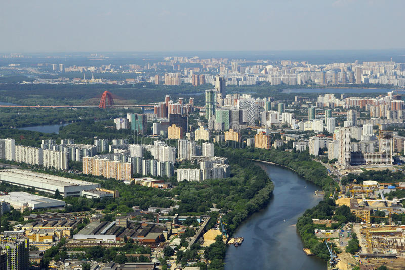 Sikt till den Moskva floden och boningshus från internationell affärsmitt för Moskva arkivbild