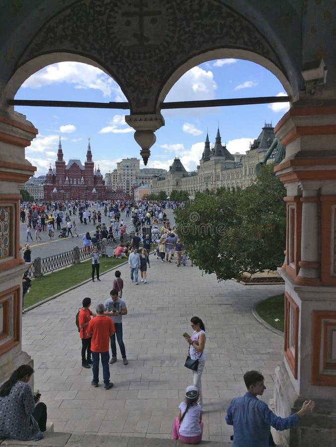 Sikt till den röda fyrkanten från domkyrkan för StBasil ` s, Moskva royaltyfri bild