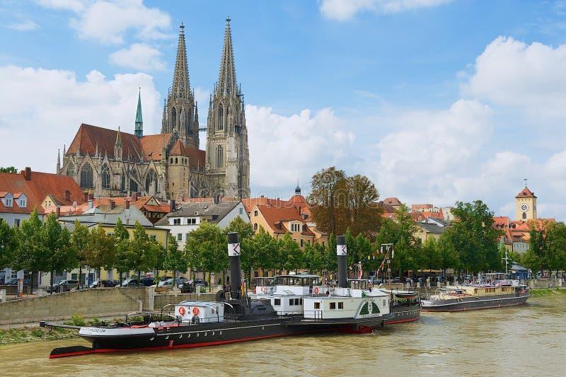 Sikt till den Regensburg domkyrkan och historiska byggnader med Danube River på förgrunden i Regensburg, Tyskland royaltyfri fotografi