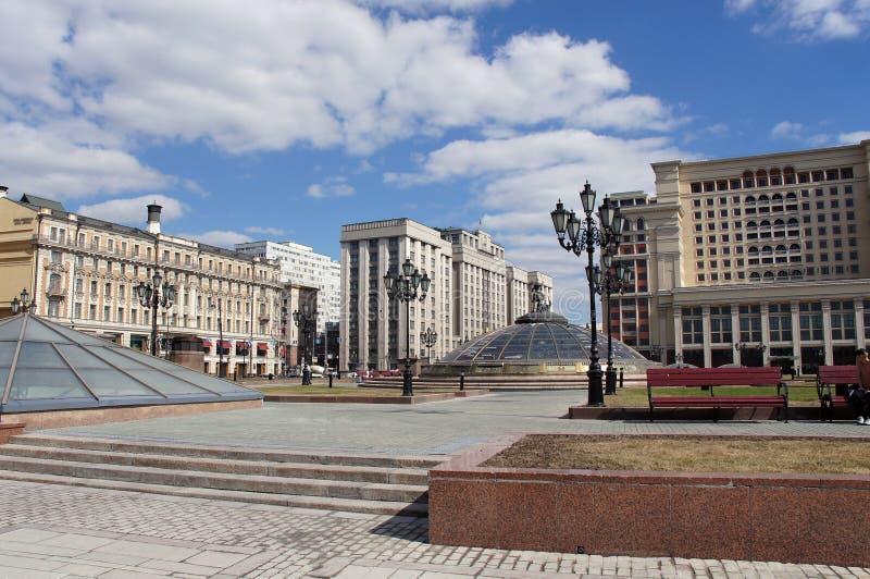 Sikt till den ryska parlamentet och Okhotny Ryad i Moskva arkivbild