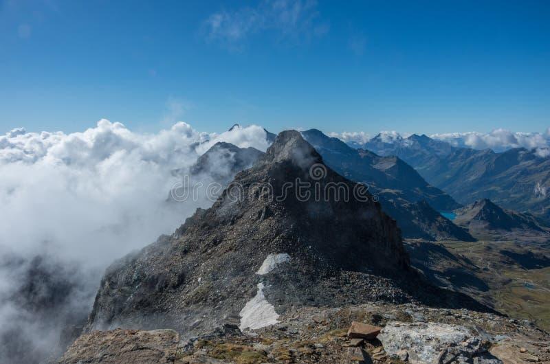 Sikt till den Stolemberg monteringen med Aosta Valley på bakgrund Monte Rosa massiv nära Punta Indren Alagna Valsesia område royaltyfri bild