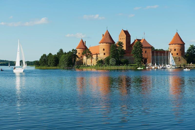 Sikt till den Trakai slotten och Galve sjön med fartyg i Trakai, Litauen fotografering för bildbyråer