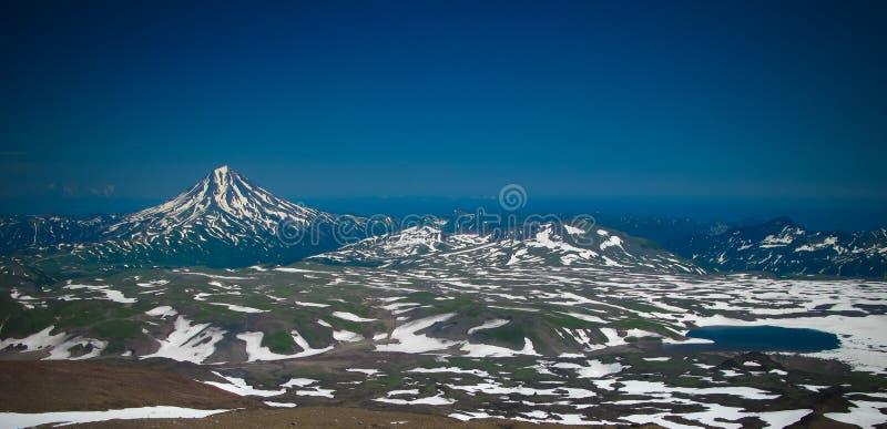 Sikt till den Viluchinsky vulkan från calderaen av Mutnovsky, Kamchatka halvö, Ryssland fotografering för bildbyråer