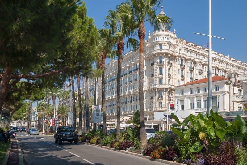 Sikt till det lyxiga interkontinentala hotellet Carlton från Boulevard de la Croisette royaltyfria foton