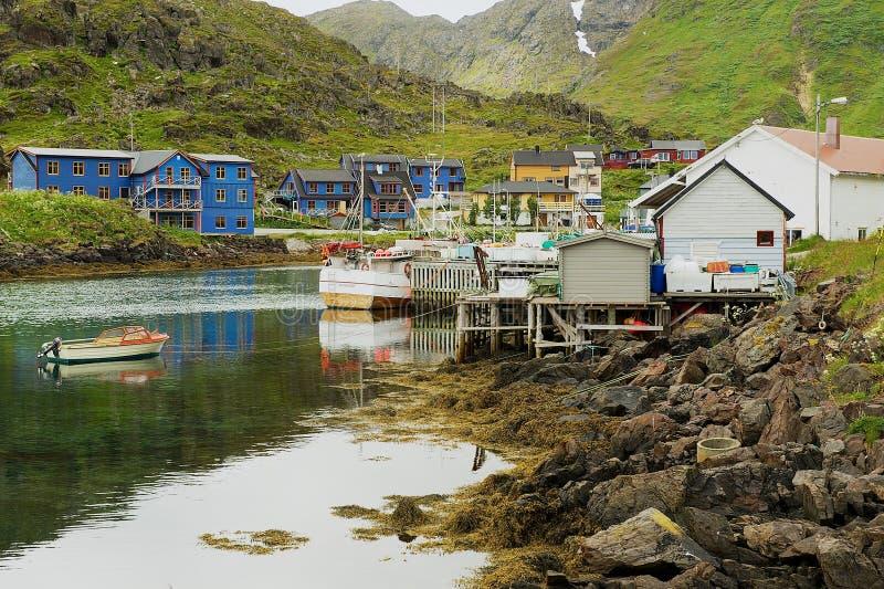 Sikt till det typiska Nordcap fiskeläget i Mageroya, Norge arkivbilder