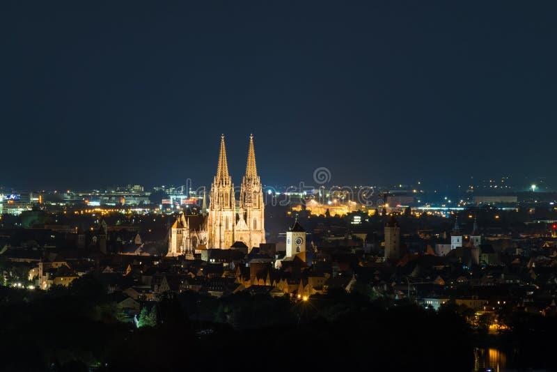 Sikt till domkyrkan och över den gamla staden av Regensburg, Tyskland royaltyfri fotografi