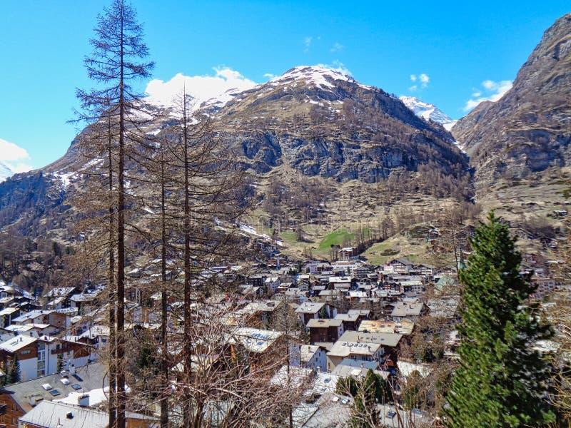 sikt till en liten by i de schweiziska fj?ll?ngarna arkivbild