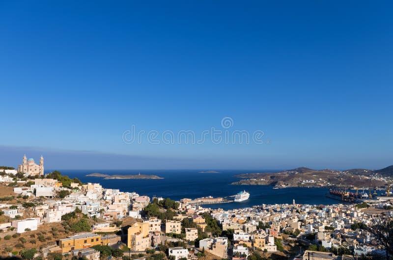 Sikt till Ermoupolis, huvudstaden av den Syros ön, Cyclades, Grekland royaltyfri foto