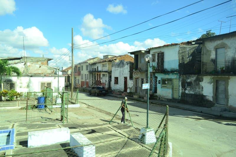 Sikt till gamla förfallna hus i fattigt område clara cuba santa arkivfoton