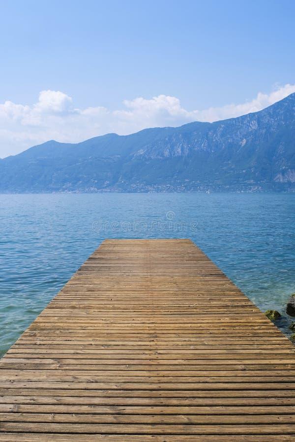 Sikt till Garda sjön från pir royaltyfria foton