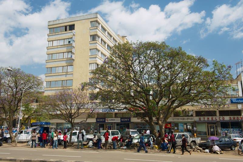 Sikt till gatamarknaden i i stadens centrum Addis Ababa, Etiopien royaltyfri bild