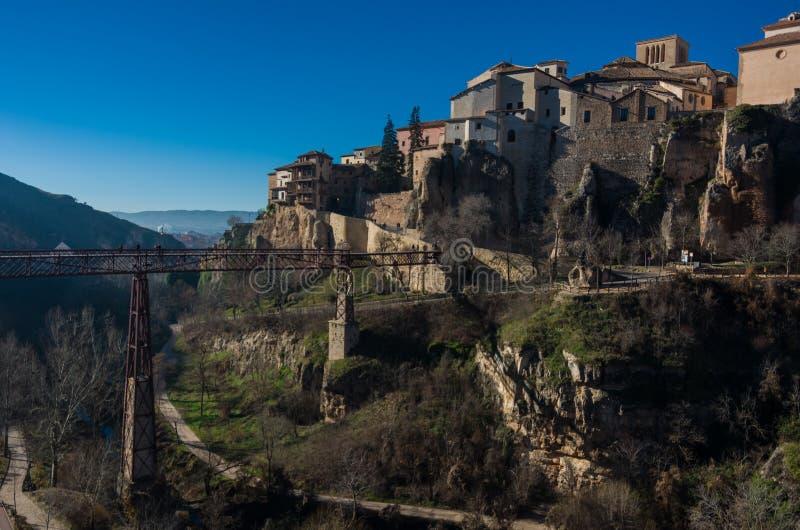 Sikt till hängande ` för colgadas för hus`-casas av Cuenca för medeltida stad den gamla staden och San Pablo bron Cuenca arkivfoton