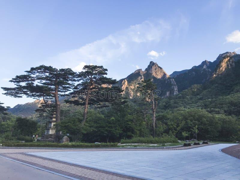 Sikt till härliga berg i den Seoraksan nationalparken Sommar 30 ändrande för korea för guardsjuli konung söder pal s seoul royaltyfri fotografi