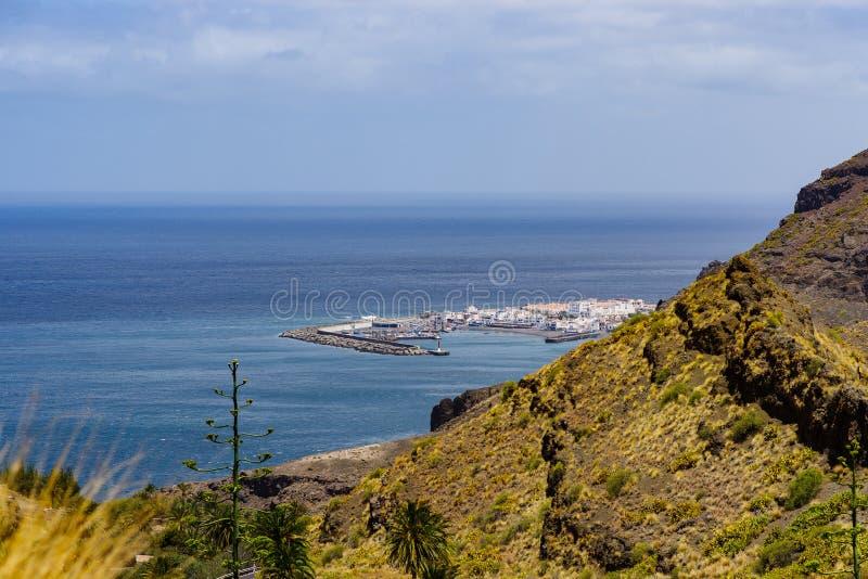 Sikt till hamnen av Agaete, Gran Canaria, kanariefågelöar, Spanien royaltyfri bild