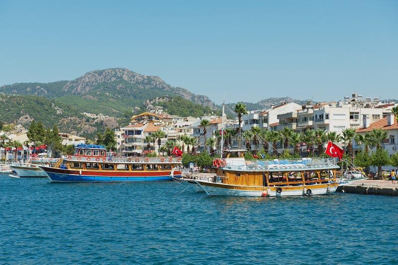 Sikt till hamnen av den Marmaris semesterortstaden i Marmaris, Turkiet royaltyfria bilder