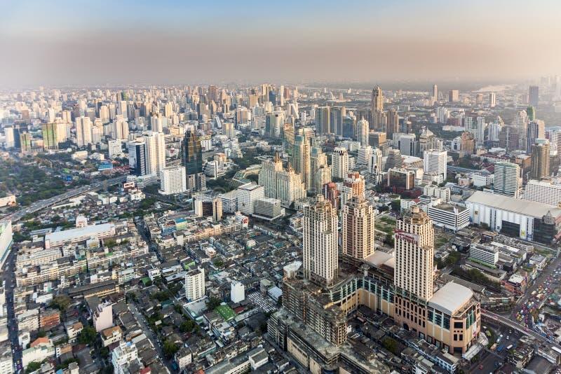 Sikt till horisont av Bangkok i sen eftermiddag med huvudvägar och arkivbild