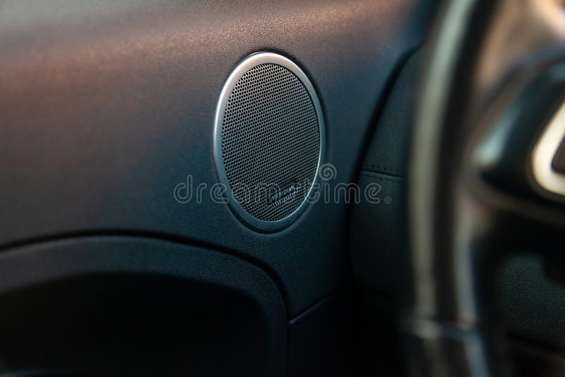 Sikt till inre av land Rover Evoque med dörrpanelen och den ljudsignal högtalaremeridianen, når att ha gjort ren för försäljning  fotografering för bildbyråer