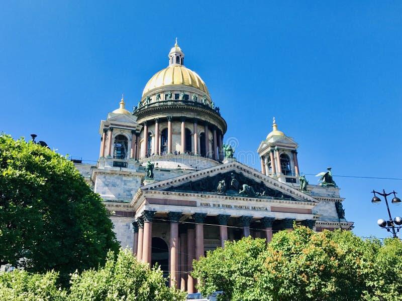 Sikt till Isaacs den ortodoxa kyrkan - St Petersburg royaltyfri fotografi