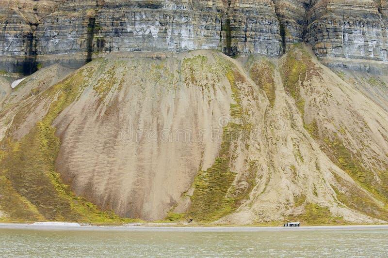 Sikt till klipporna den arktiska kusten av den polara skärgården av Spitsbergen nära Longyearbyen, Norge royaltyfria foton