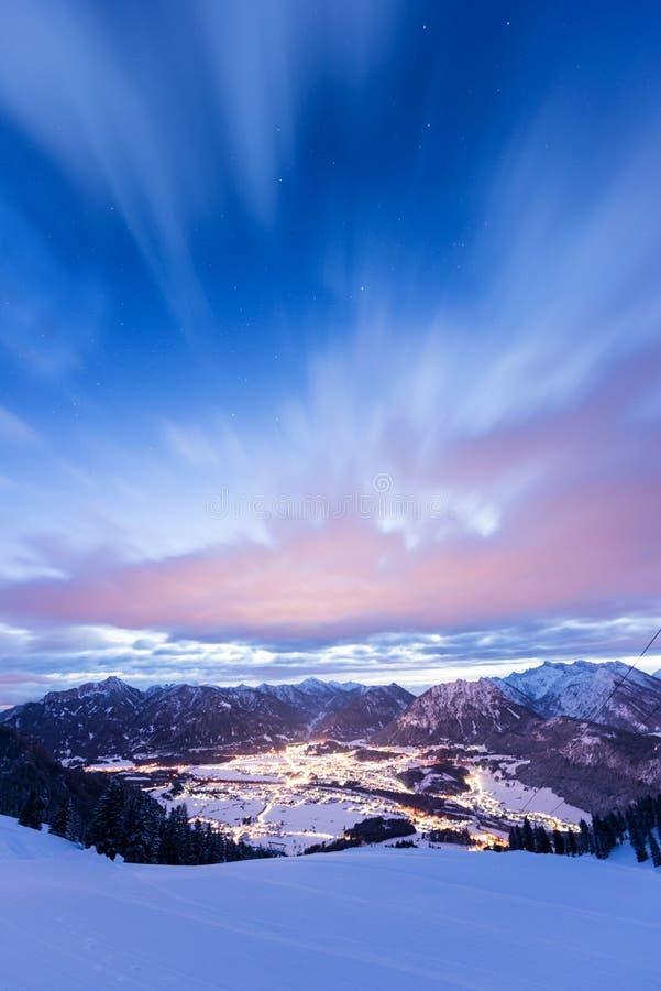 Sikt till ljus av dalen från berget arkivfoton