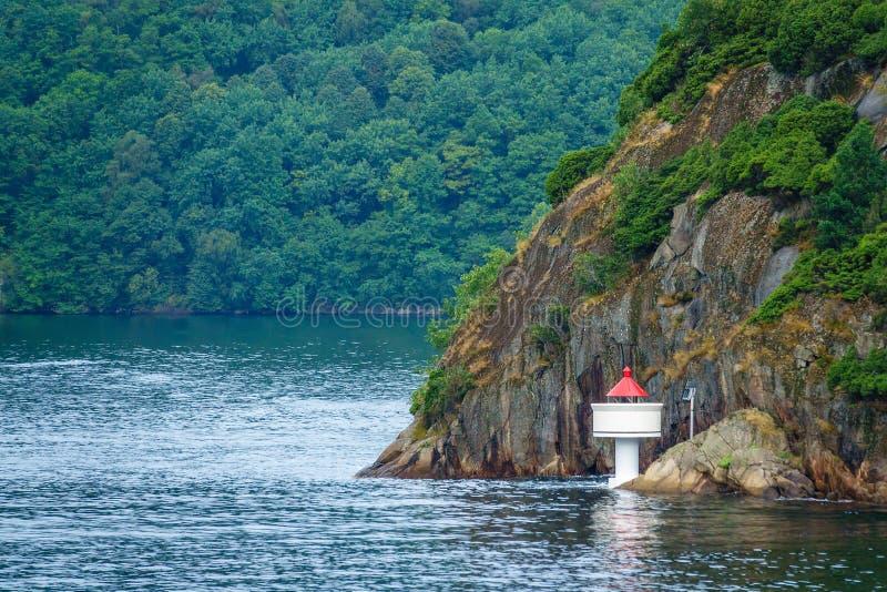Sikt till Lyngdalsfjorden med fyren i Norge arkivfoton