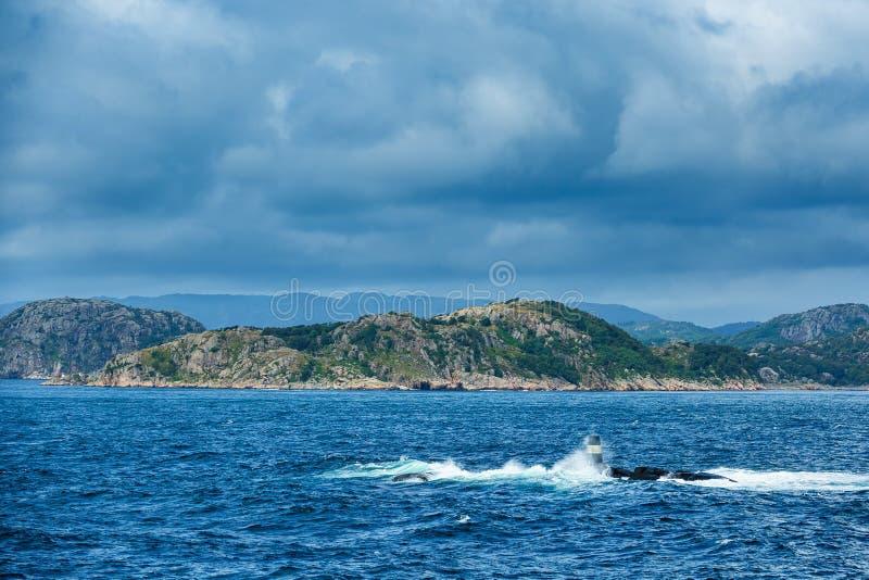 Sikt till Lyngdalsfjorden med havsfläcken i Norge royaltyfri foto