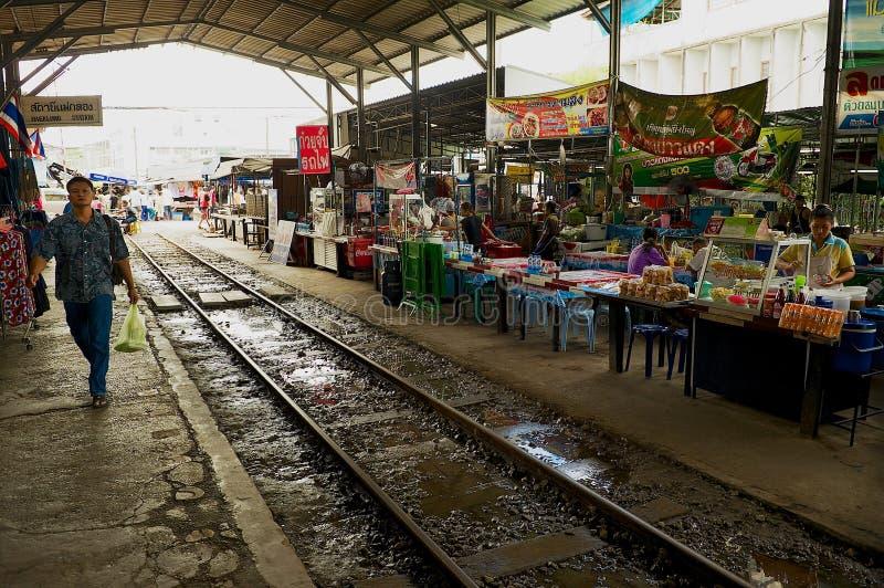 Sikt till marknaden på stationen för Maeklong järnvägdrev i Samut Songkram, Thailand arkivfoton
