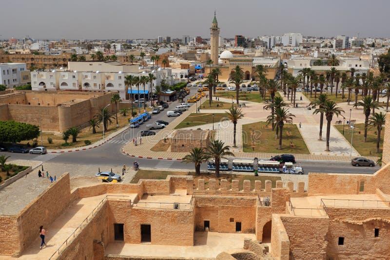 Sikt till minaret av den Bourguiba moskén i Monastir arkivfoto