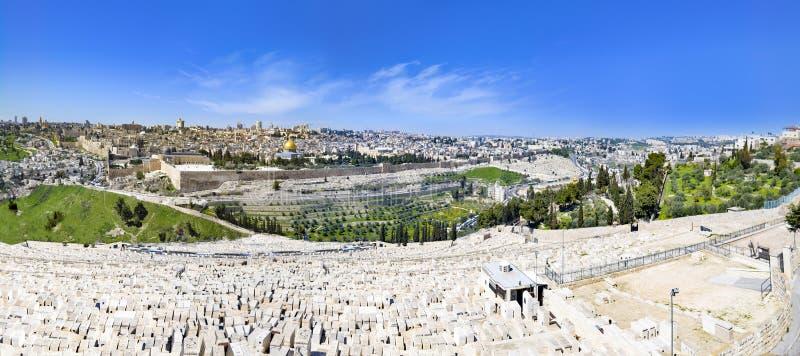 Sikt till monteringen för Jerusalem den gamla stadstempel och den forntida judiska kyrkogården i olivgrönt berg royaltyfri bild