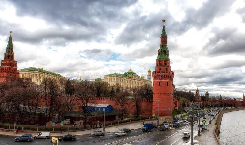 Sikt till MoskvaKreml från den Sofiyskaya invallningen över flodund royaltyfri bild