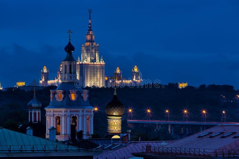 Sikt till observationsdäcket av den ryska akademin av vetenskaper på universitetet av Moskva arkivfoto
