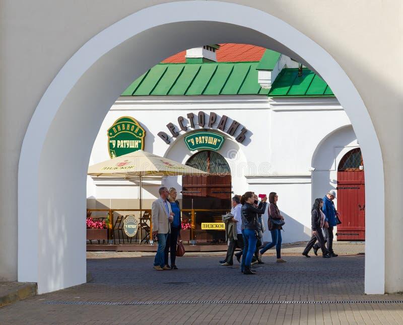 Sikt till och med båge av ölrestaurangen på stadshuset, Minsk, Vitryssland arkivfoton
