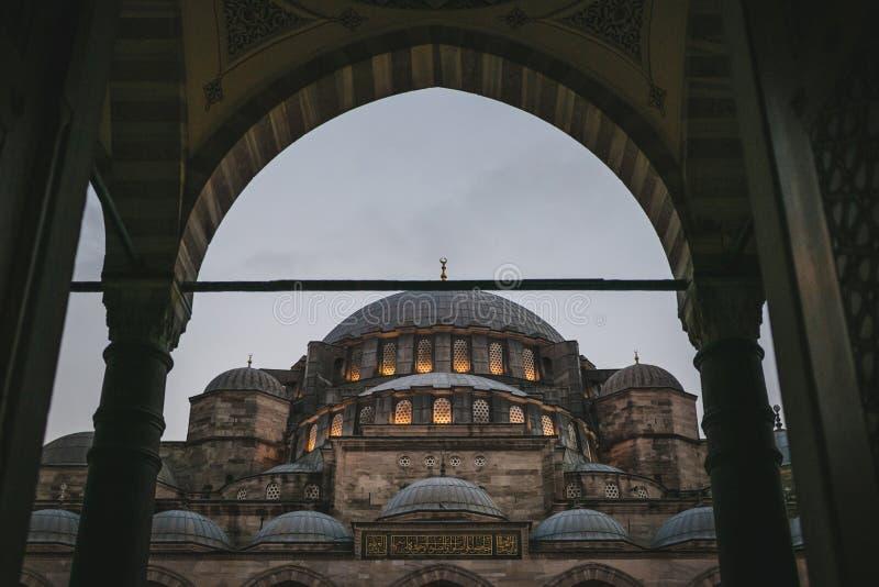 sikt till och med båge på suleymaniyemoské i afton royaltyfri foto