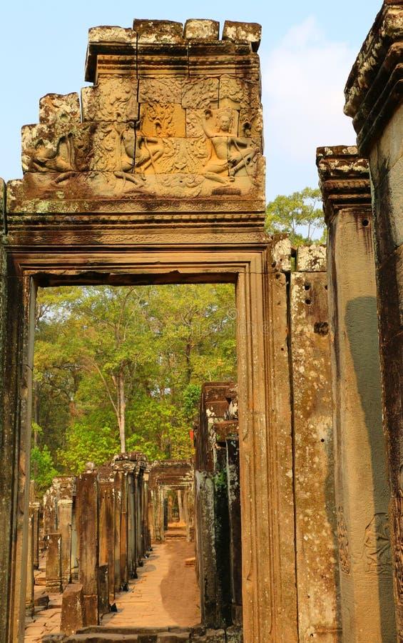 sikt till och med dörröppningen, Angkor Wat, Cambodja royaltyfri fotografi