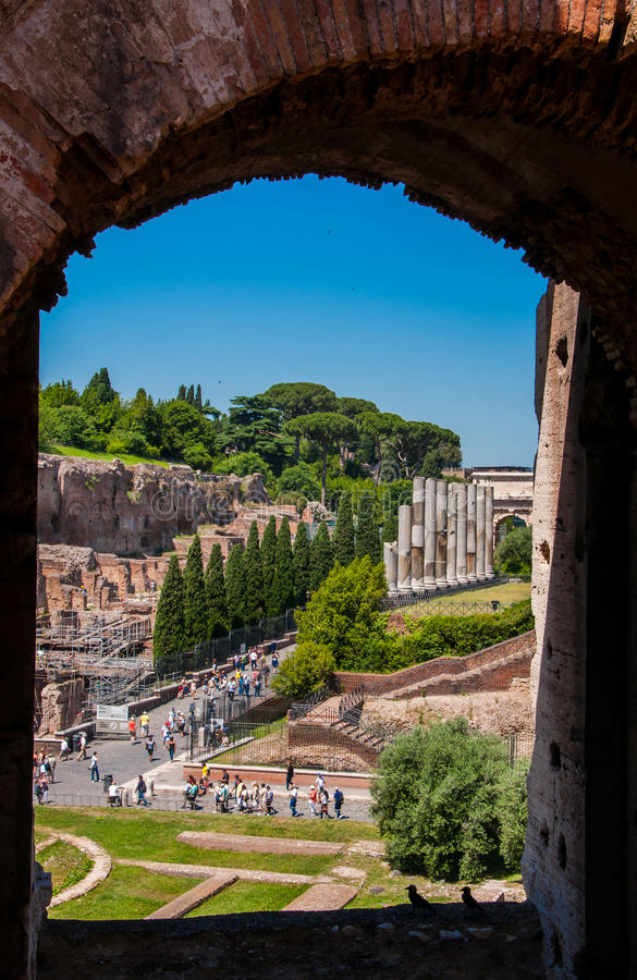 Sikt till och med en båge av Colosseumen på den sakrala vägen arkivbild